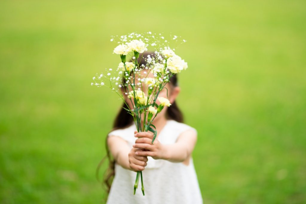 alice-le-guiffant-exercice-de-gratitude-fillette-fleurs